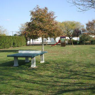 Aire de jeux pour enfants avec table de ping pong